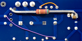 5.6Ом резистор, пара SMD конденсаторов, пара перемычек...